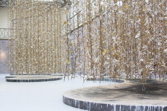 Hanging garden jardin suspendu une exposition de kris for Mons 2015 jardin suspendu